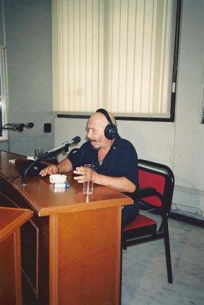 Ο αξέχαστος Θύμιος Καρακατσάνης στα μικρόφωνα της Δημοτικής Ραδιοφωνίας