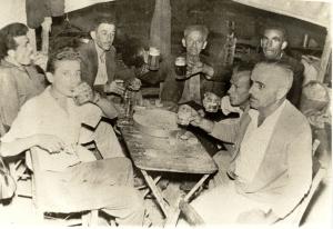 """1955: """"Εις υγείαν"""" σε ταβερνάκι του Πανηγυριού"""