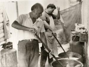 """1970: Ο φημισμένος ζαχαροπλάστης """"ΝΙΤΣΗΣ"""" ενώ παρασκευάζει χαλβά φαρσάλων."""
