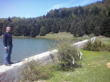 Εικ. 9 Η κατασκευή του φράγματος από απλό σκυρόδεμα δημιούργησε την τεχνική Λίμνη του Κατή