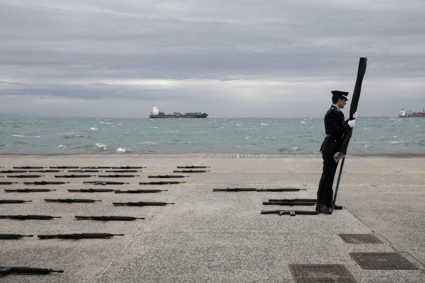 Ένας δόκιμος της Σχολή Αξιωματικών της Ελληνικής Αστυνομίας προσπαθεί να αντισταθεί στον άνεμο πριν την έναρξη της στρατιωτικής παρέλασης στην Θεσσαλονίκη υπό την παρουσία του Προέδρου της Ελληνικής Δημοκρατίας Προκόπη Παυλόπουλου για την Εθνική επέτειο της 28ης Οκτωβρίου στην Θεσσαλονίκη στις 28 Οκτωβρίου 2017.